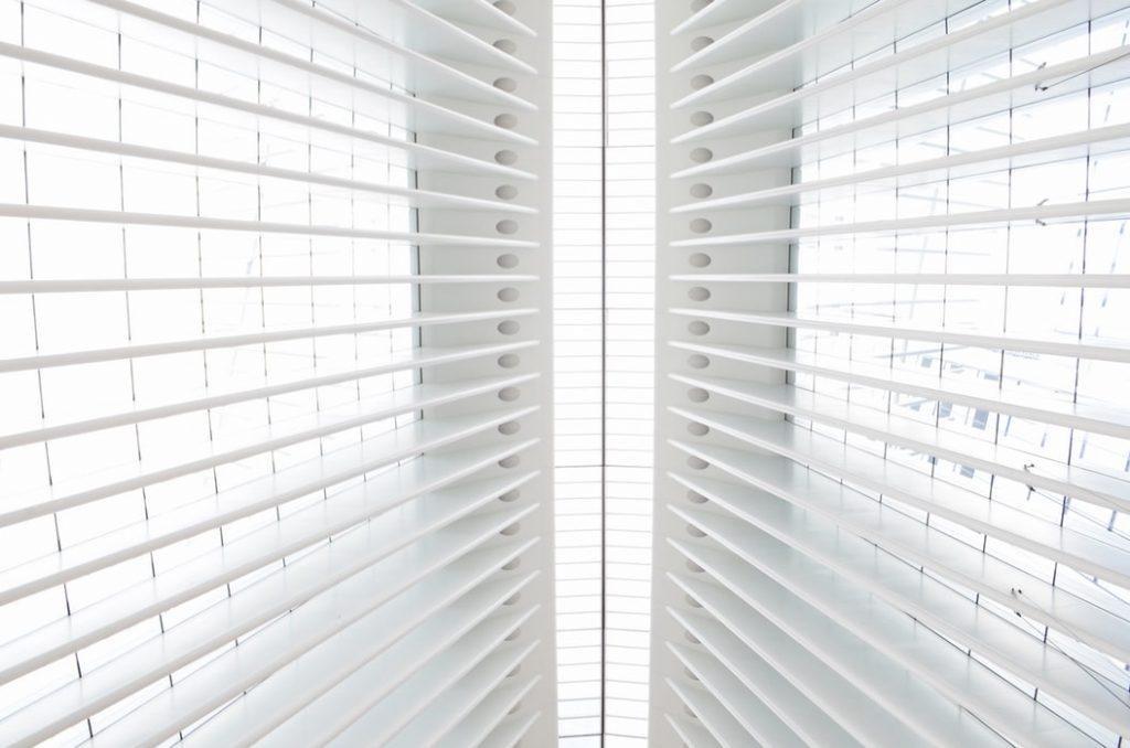 Jak wybrać odpowiednie rolety okienne?