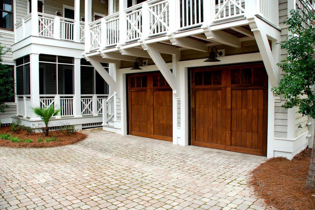 Najpopularniejsze rodzaje garażów i bram garażowych