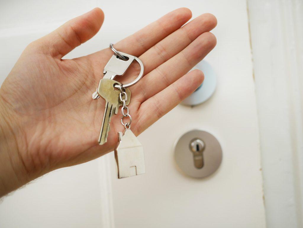 Odpowiadamy na pytanie czy warto oddać mieszkanie do biura nieruchomości