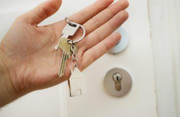 Odpowiadamy na pytanie czy warto oddać mieszkanie do biura nieruchomości.