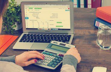 Księgowość w firmie: czy warto skorzystać z biura rachunkowego